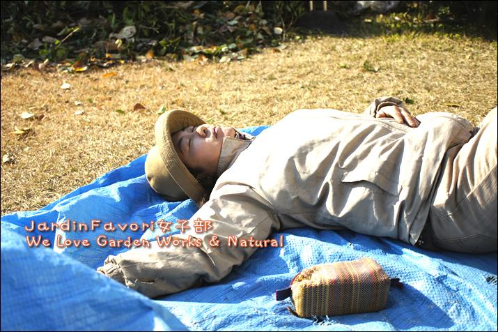 昼寝するTAKUMI MAKIKO