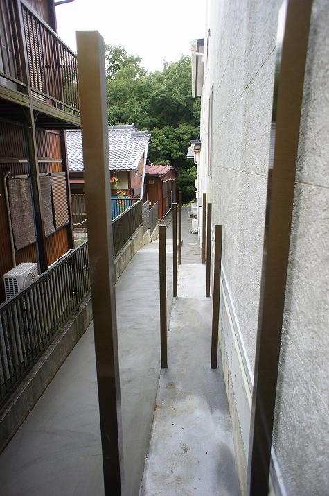 屋根付きの収納エリアの柱設置