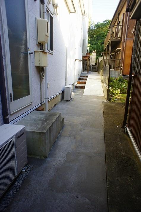 奥から見た階段とスロープ